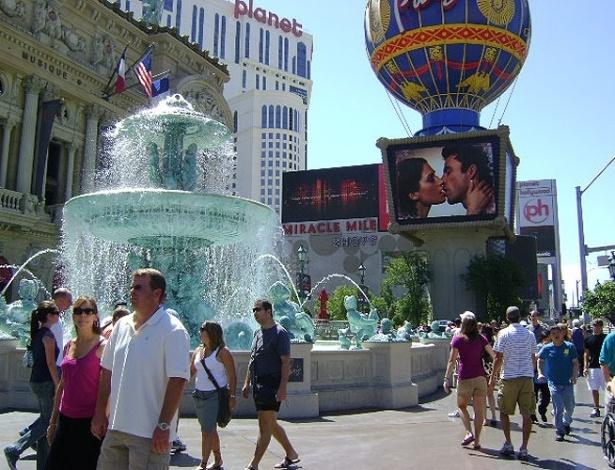Fachada do Hotel Paris. Apesar do calor, muitos turistas preferem conhecer a Strip caminhando