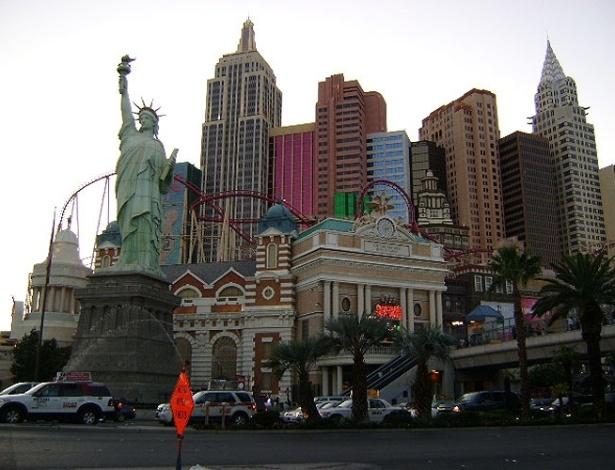 Fachada do New York New York conta com uma réplica da Estátua da Liberdade e uma montanha russa com looping