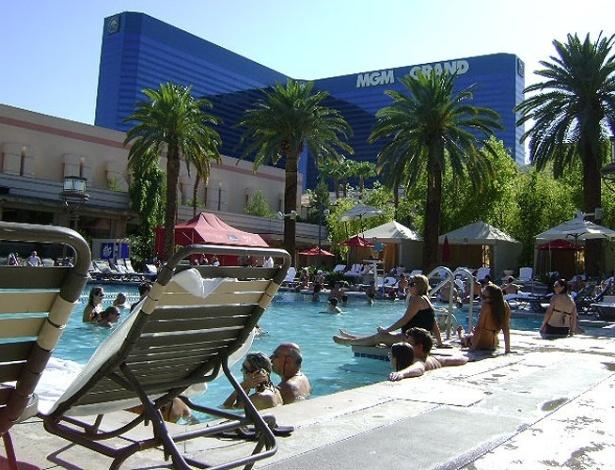 Hóspedes do MGM Grand aproveitam o calor constante de Las Vegas na beira de uma das piscinas do resort
