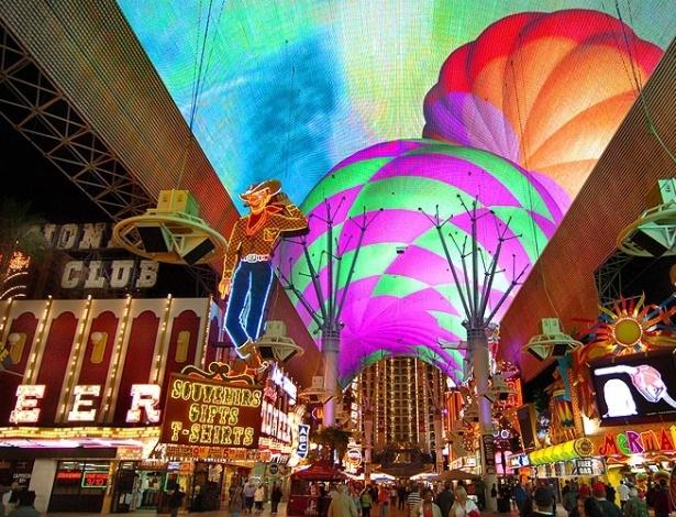 Luminosos de hotéis, clubs, restaurantes e cassinos se misturam, colorindo as ruas de Las Vegas à noite
