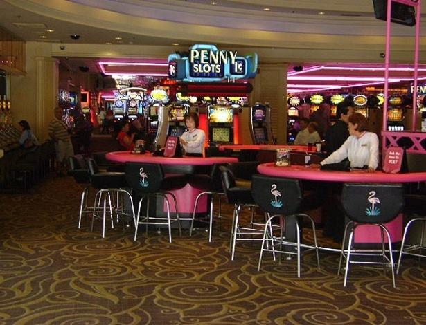 Mesas de jogo na entrada do cassino do Hotel Flamingo, em Las Vegas