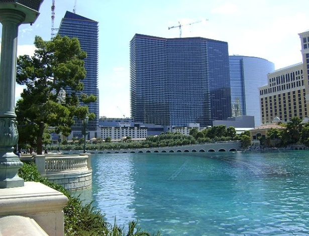 O Bellagio tem um lago artificial, no qual é realizado diariamente o famoso show de águas do hotel