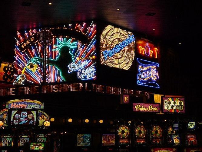 Painéis eletrônicos imitam a Times Square nova-iorquina no New York New York, em Las Vegas