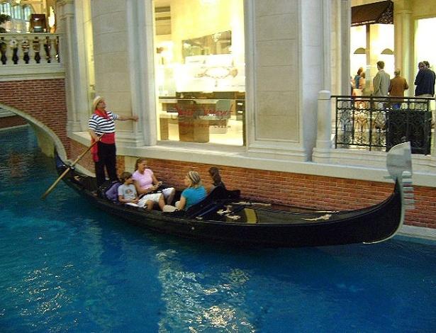 Passeios de gôndola com direito a cantoria em italiano é uma das opções de entretenimento no Venetian