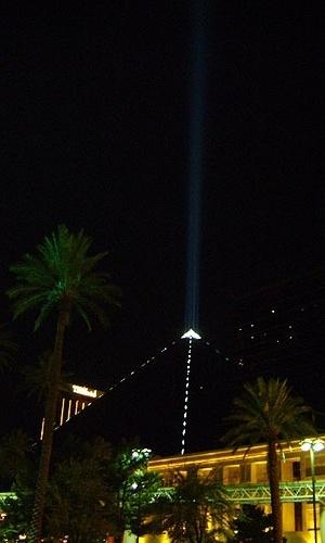Pirâmide do Luxor, hotel inspirado no Egito, tem poderoso feixe de luz