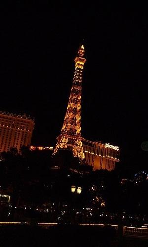 Réplica da Torre Eiffel é iluminada durante a noite