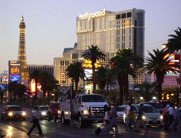 Réplica da Torrei Eiffel divide cenário com prédio do hotel Planet Hollywood na Strip
