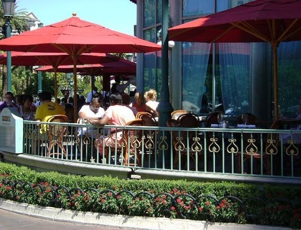 Restaurante do Hotel Paris imita bistrô francês com mesas ao ar livre, em Las Vegas