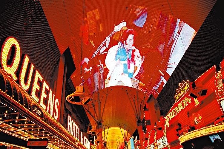 Show de luzes em Freemont St. traz imagem do cantor Elvis Presley, em Las Vegas