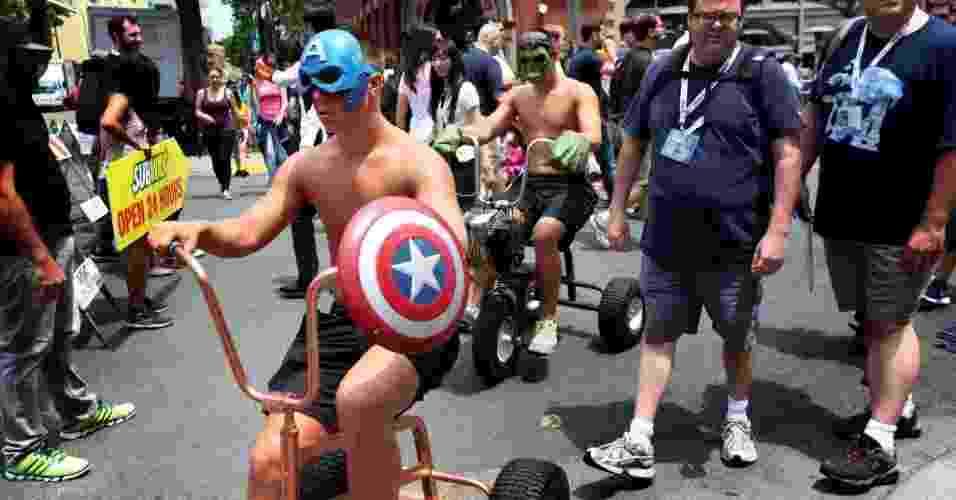 19.jul.2013 - Capitão América e Hulk andam de triciclos em cosplays minimalistas - Sandy Huffaker/AFP