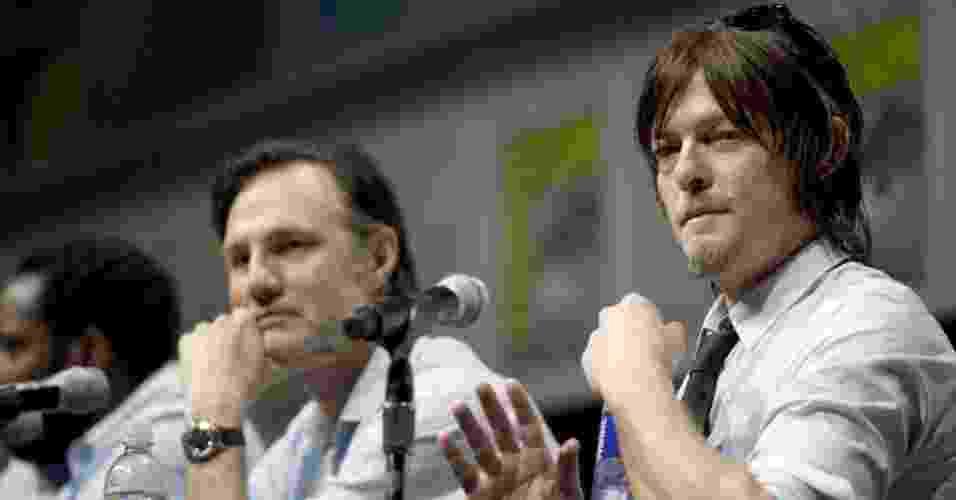 "19.jul.2013 - Os atores David Morrissey e Norman Reedus no painel da série ""The Walking Dead"" - David Maung/EFE"