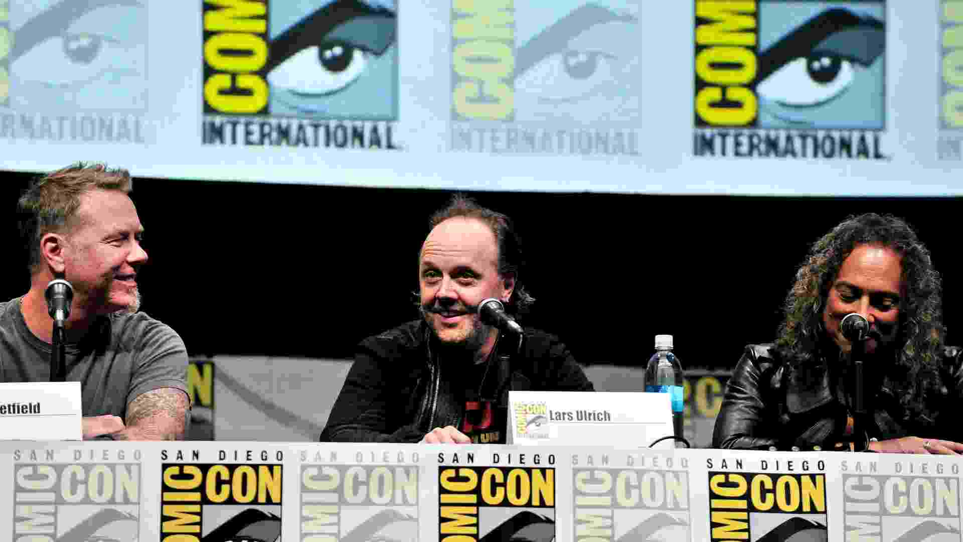 """19.jul.2013 - Os músicos James Hetfield, Lars Ulrich e Kirk Hammett no evento """"At The Drive-In With Metallica"""" durante a Comic-Con - Getty Images"""