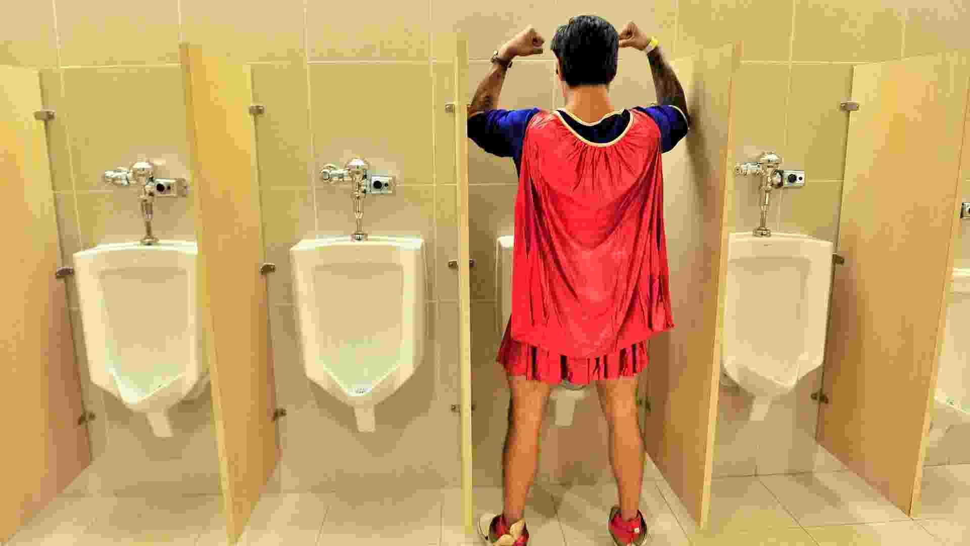 19.jul.2013 - Super-herói se alivia durante a feria pop - Getty Images