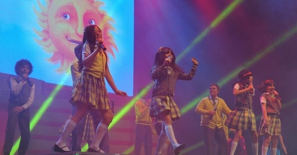 """20.jul.2013 - As crianças de """"Carrossel"""" se empolgam durante o show"""