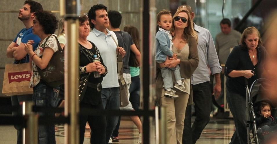 20.jul.2013 - Eliana aparece com o filho Arthur