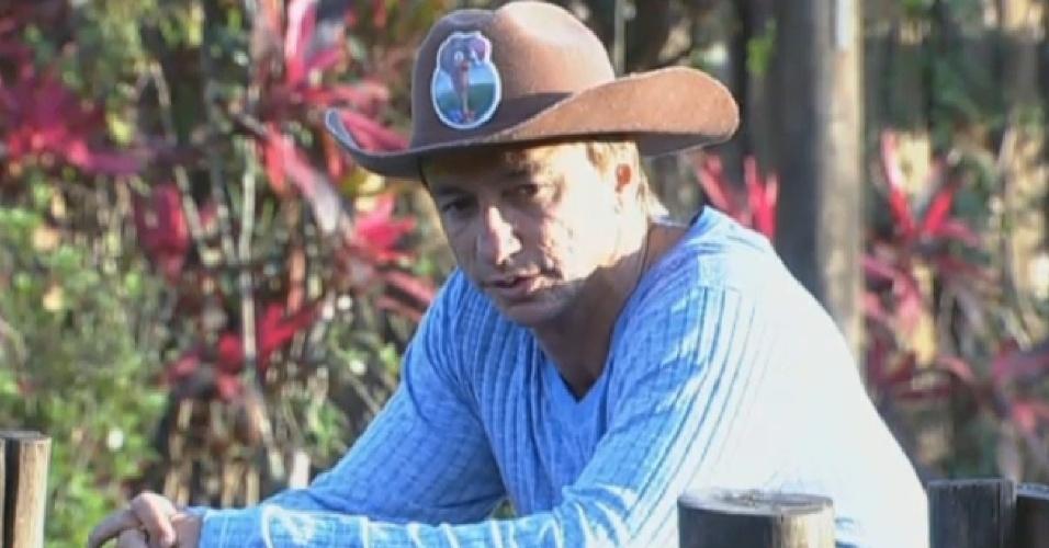 20.jul.2013 - Fazendeiro Paulo Nunes observa os peões durante as atividades