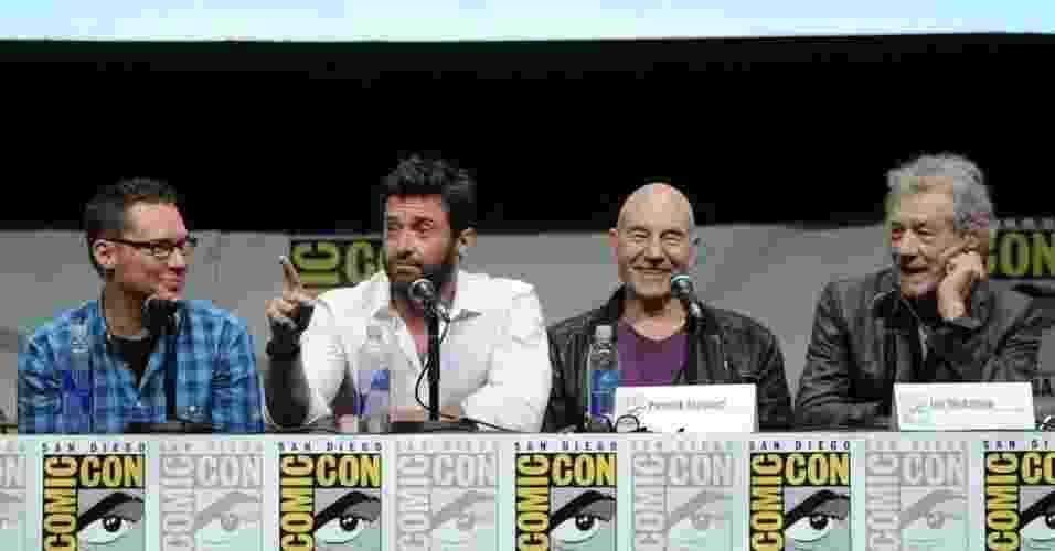 """20.jul.2013 - O diretor Bryan Singer com os atores Hugh Jackman, Patrick Stewart e Ian McKellen no painel do filme """"X-Men: Days of Future Past"""" no quarto dia da Comic-Con - Kevin Winter/AFP"""