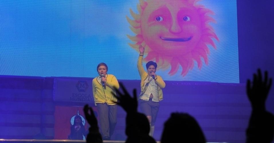 20.jul.2013 - O grupo canta músicas do remake da novela, que foi sucesso de audiência no SBT
