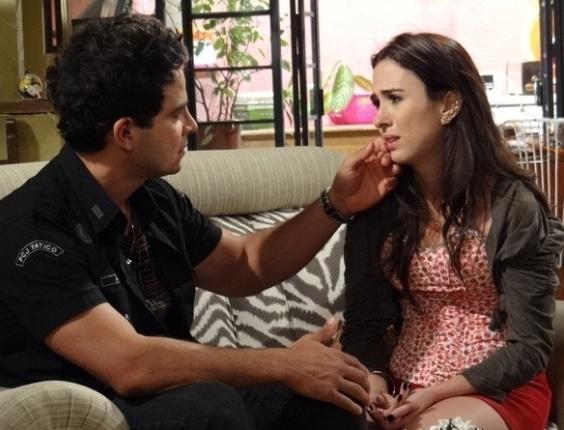"""Em """"Amor À Vida"""", Valdirene termina com Carlito e chora ao ouvir declaração de amor"""