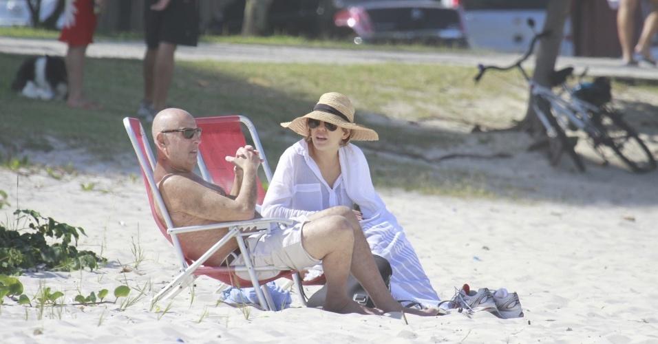 20.jul.2013 - Bárbara Paz e o marido, Hector Babenco, vão a praia no Rio