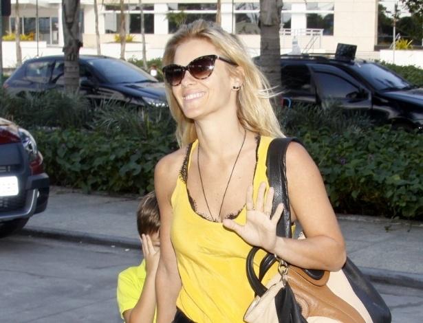 21.jul.2013 - De mãos dadas com o filho José, a atriz Carolina Dieckmann chega à maternidade, na zona oeste do Rio, para visitar Juliana Paes
