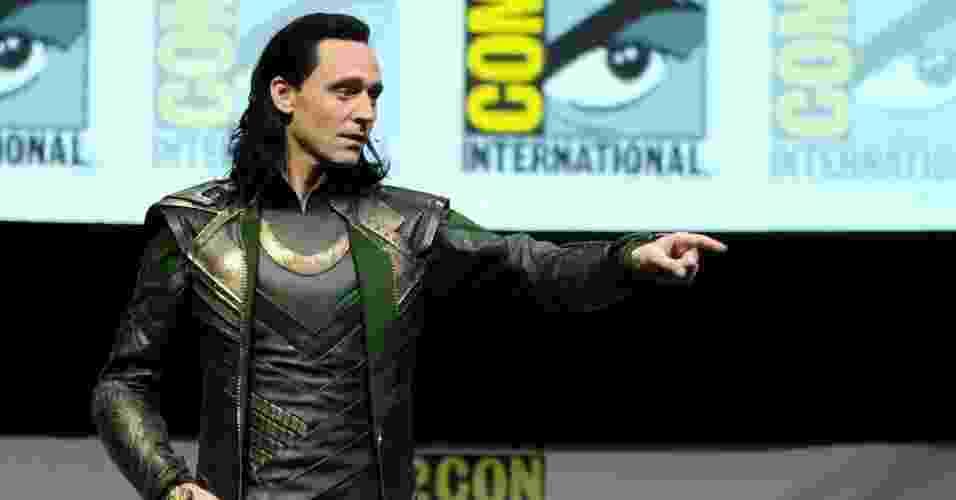 """20.jul.2013 - Vestido como o irmão maligno de Thor, Loki, o ator Tom Hiddlestone anuncia o novo trailer de """"Thor: O Mundo Sombrio"""" - Kevin Winter/AFP"""