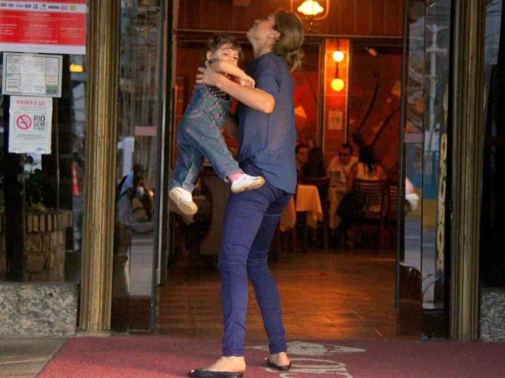 21.jul.2013 - A atriz Grazi Massafera brinca com a filha Sofia em restaurante na Barra, zona oeste do Rio. A menina, de um ano, é fruto da relação de Grazi com o ator Cauã Reymond