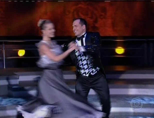 21.jul.2013 - A quarta dupla a dançar foi o ator Daniel Boaventura e a bailarina Juliana Valcézia