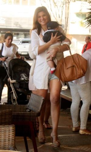 21.jul.2013 - Cristiane Oliveira almoça com o neto