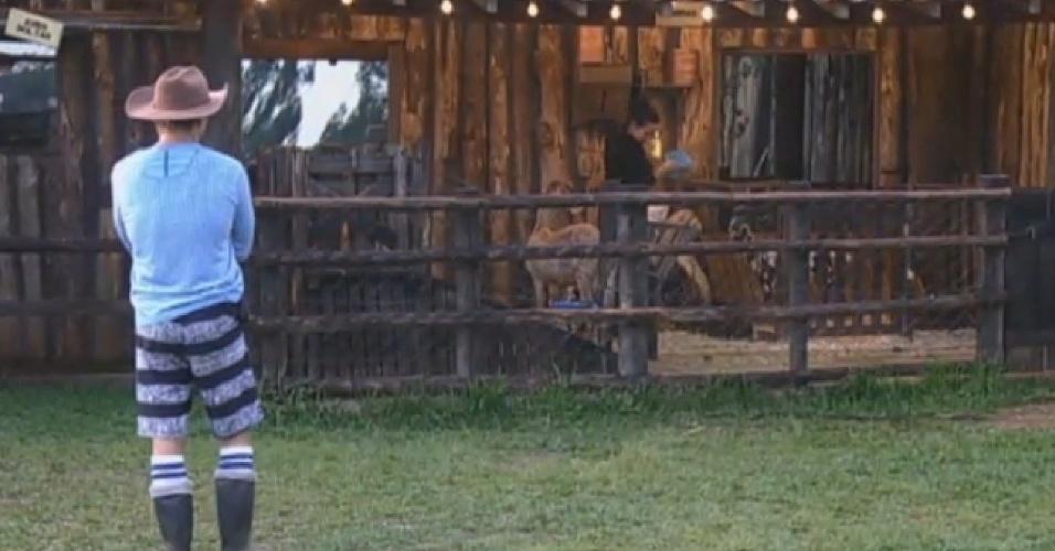 21.jul.2013 - De longe, fazendeiro Paulo Nunes observa trabalho de Denise e Scheila