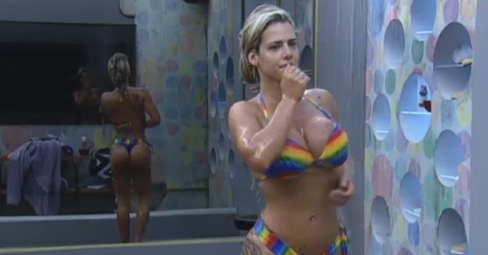 21.jul.2013 - Denise Rocha exibe a boa forma em banho na sede