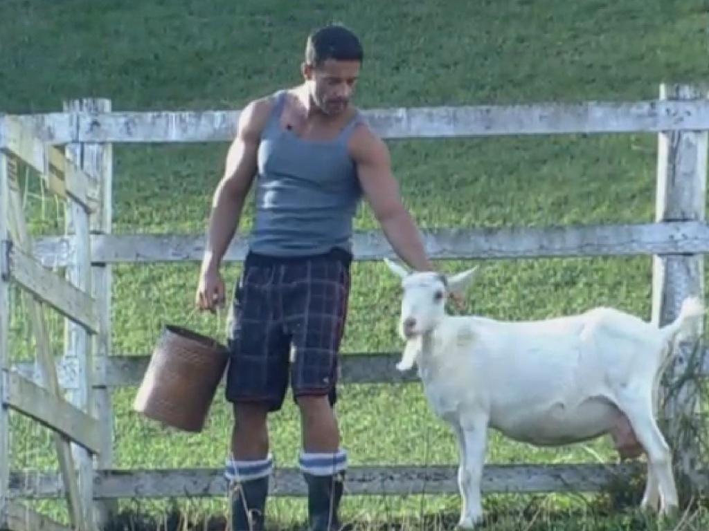 21.jul.2013 - Marcos Oliver faz carinho na cabra na manhã deste domingo
