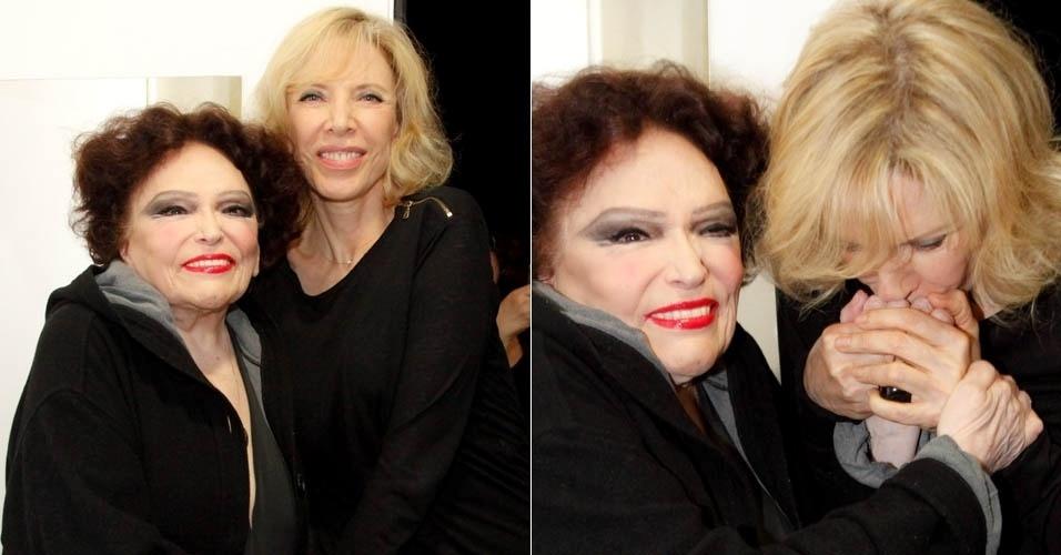 """21.jul.2013 - Marília Gabriela beija mão de Bibi Ferreira nos bastidores de """"Bibi Canta e Conta Piaf"""""""