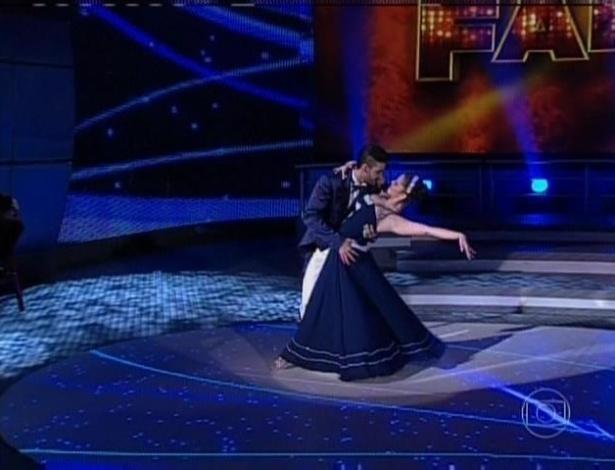 21.jul.2013 - O cantor Gusttavo Lima foi o terceiro a dançar com a bailarina Ana Flávia Simões