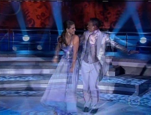"""21.jul.2013 - O ex-jogador de futebol Edilson e a bailarina Lidiane Rodrigues dançam foxtrote na respecagem do """"Dança"""""""