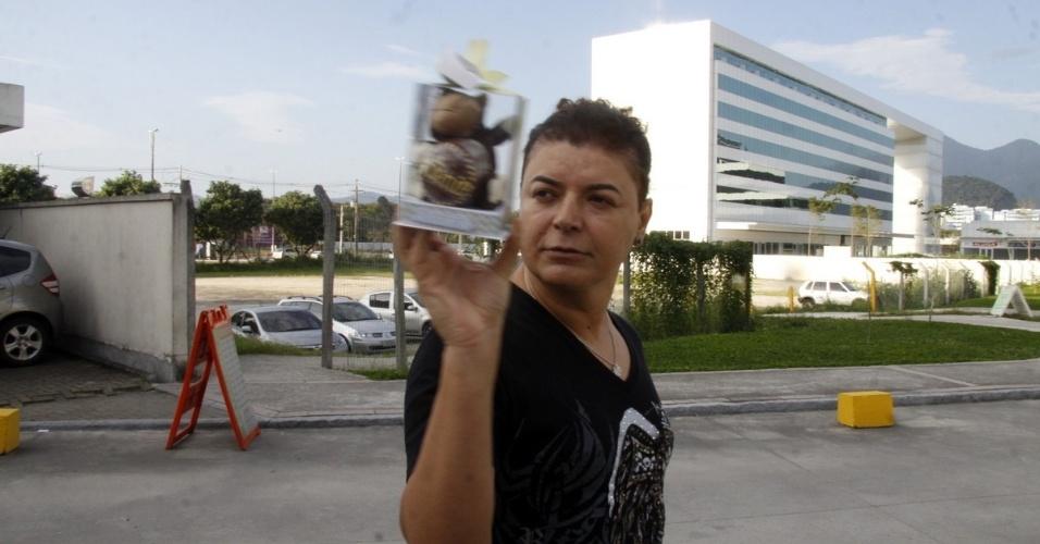 21.jul.2013 - O promoter David Brazil exibe a lembrancinha pelo nascimento de Antonio ao deixar a maternidade na zona oeste do Rio