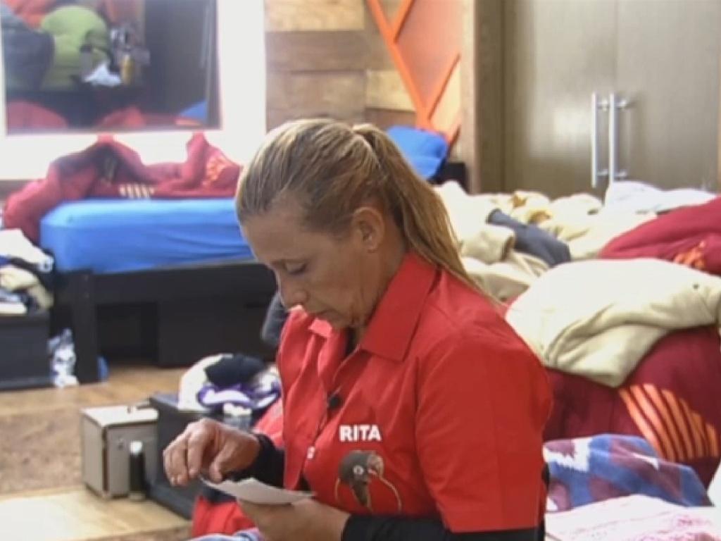 21.jul.2013 - Rita Cadillac se concentra antes da prova do fazendeiro