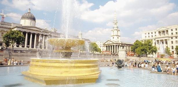 Fonte da Trafalgar Square, no centro de Londres, com a fachada da National Gallery à esquerda