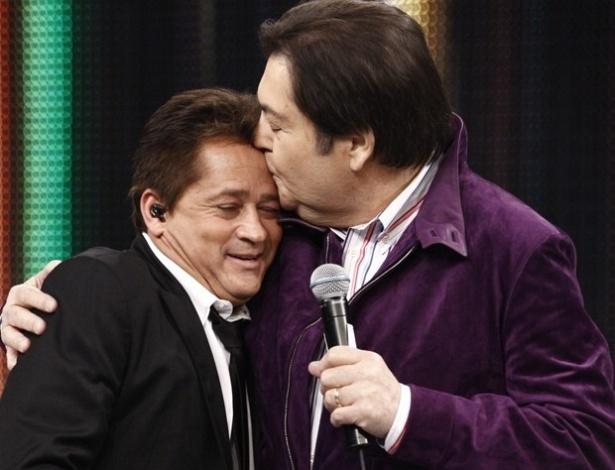 Leonardo recebe o carinho de Faustão no palco do programa