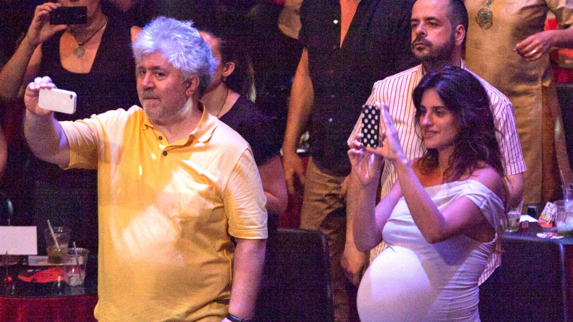 20.jul.2013 - Grávida, Penélope Cruz prestigiou a apresentação do marido, o ator Javier Bardem, em um festival de música em Madrid, Espanha. O cineasta Pedro Almodovar também estava na plateia