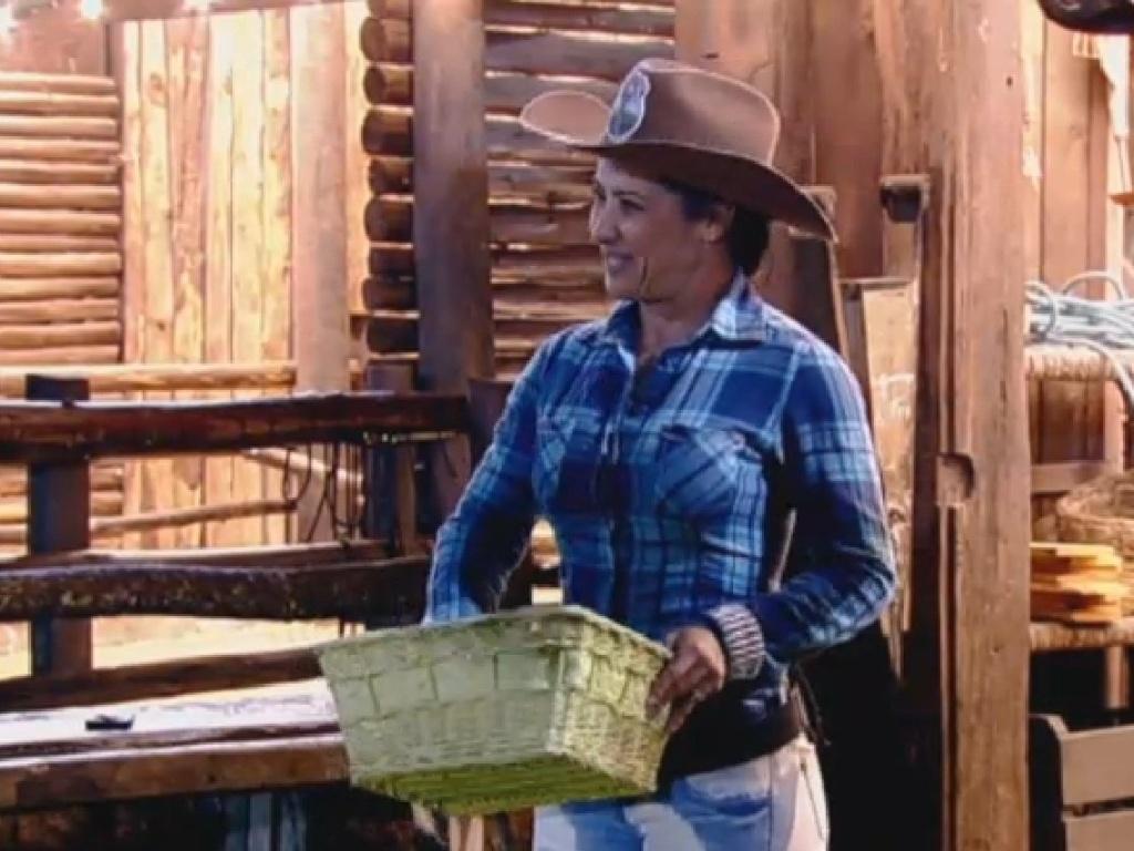 21.jul.2013 - Com humor, nova Fazendeira Scheila Carvalho delega atividades aos peões