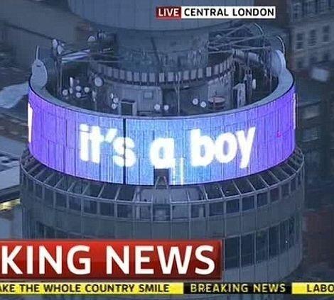 """22.jul.2013 - A BT Tower, torre de telecomunicações em Londres, anuncia o nascimento do filho de William e Kate, em um telão de LED: """"It´s a boy!"""" (é um menino, em inglês)"""