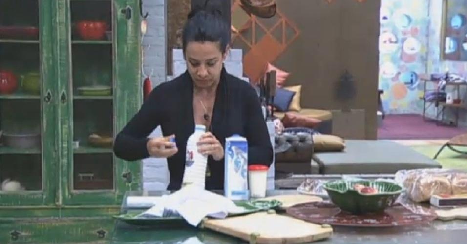 22.jul.2013 - A nova Fazendeira da semana, Scheila Carvalho, também já se levantou e preparou o café da manhã