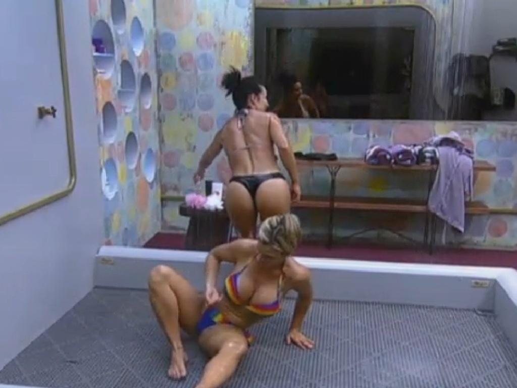 22.jul.2013 - Após show do Jeito Moleque, Denise Rocha e Scheila Carvalho tomam banho