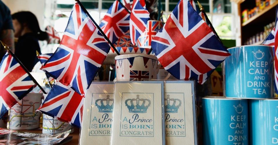 22.jul.2013 - Bandeiras da Inglaterra, cartões e canecas enfeitam um pub na Califórnia, nos EUA, para comemorar o nascimento do príncipe de Cambridge, filho da duquesa de Cambridge e do príncipe William
