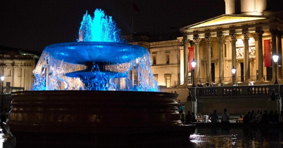 22.jul.2013 - Fonte em Londres é iluminada para comemorar o nascimento do príncipe de Cambridge, filho da duquesa de Cambridge e do príncipe William