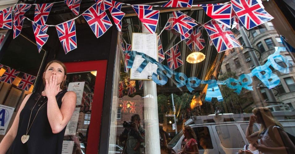 22.jul.2013 - Ingleses comemoram a chegada do bebê real e exibem placa anunciando que é um menino