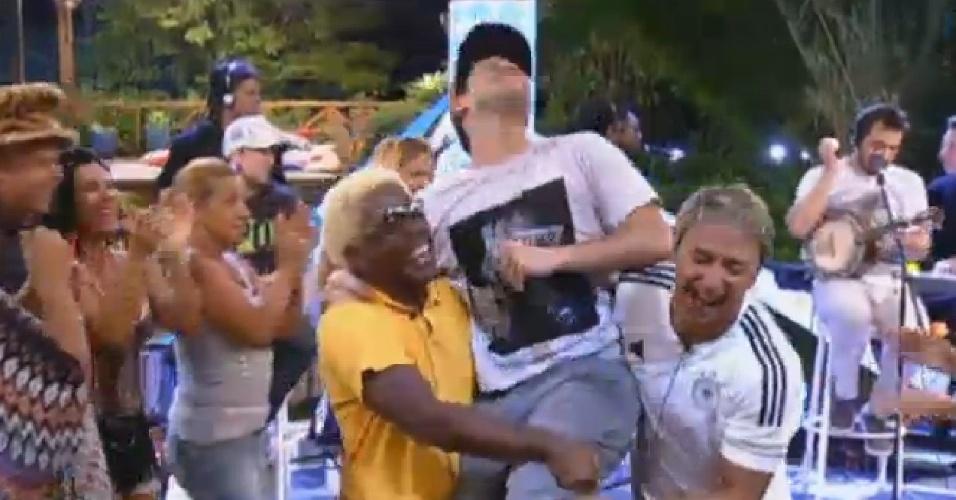 22.jul.2013 - Ivo Meirelles e Paulo Nunes carregam Bruno Diegues, vocalista do Jeito Moleque