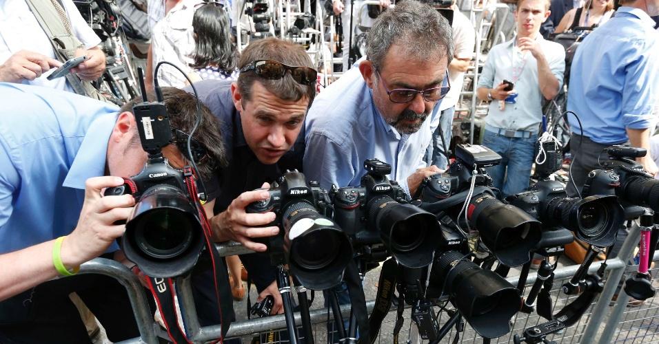 22.jul.2013 - Jornalistas e fotógrafos se reúnem em frente a ala Lindo do hopital, St. Mary, em Londres, onde Kate Middleton já está em trabalho de parto. A Duquesa de Cambridge deu entrada na instituição por volta das 6h (2h em Brasília) desta segunda-feira