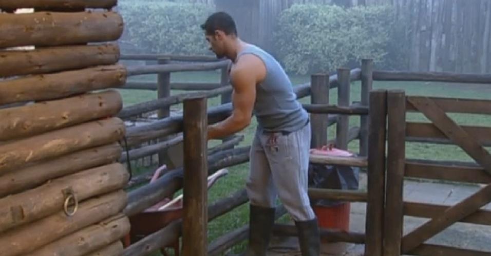 22.jul.2013 - Marcos Oliver é o primeiro a realizar a sua tarefa e limpa o curral das vacas